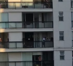 """Em quarentena, Mumuzinho faz show da varanda de apartamento para vizinhos: """"Tem que ter pagode"""""""