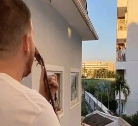 Em Quarentena, Ferrugem faz mini show para fã vizinho
